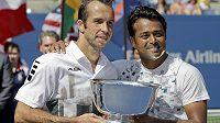 Radek Štěpánek (vlevo) a Leandr Paes s trofejí pro vítěze US Open.