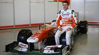 Paul di Resta pózuje s novým monopostem týmu Force India s označením VJM06.