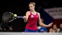 Česká tenistka Karolína Plíšková při forhendu ve čtvrtém utkání finále Fed Cupu