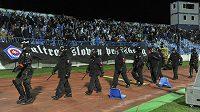 Výtržnosti v sektoru fanoušků Sparty způsobily přerušení utkání se Slovanem. Na snímku nastupují policejní těžkooděnci.