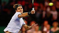 Roger Federer se soustředí na forehandový úder.