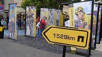 Vstup do divácké vesničky na Tour de France lemují portréty všech vítězů.