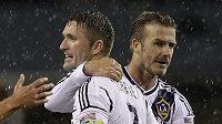 Robbie Keane (vlevo) a David Beckham z Los Angeles Galaxy se radují z gólu.