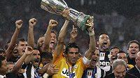 Gólman Juventus Gianluigi Buffon zvedá nad hlavu Superpohár, který jeho tým získal v Pekingu po vítězství nad neapolí v prodloužení.