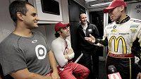 Juan Pablo Montoya (vlevo) se svými kolegy z týmu Chipa Ganassiho Dariem Franchittim (druhý zleva) Jamiem McMurraym (vpravo) při testech na okruhu v Daytoně.