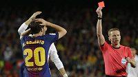 Zadák Barcelony Sergi Roberto dostává v El Clásiku červenou kartu.