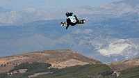 Snowboardisté a kolem zeleň. Nezvyklé kulisy má světový šampionát ve španělské Sierra Nevadě. Na snímku Kanaďan Francis Jobin ve finále slopestylu.
