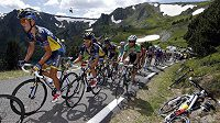 Cyklista stáje Radioshack-Leopard Tony Gallopin v čele pelotonu první horské etapy Tour de France před jezdcem stáje Saxo-Tinkoff bank Albertem Contadorem.
