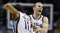 Basketbalista Memphisu Nick Calathes (vpravo).