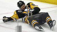 Kapitán Pittsburghu Sidney Crosby leží na ledě po zákroku Matta Niskanena z Washingtonu.