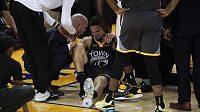 Klay Thompson z týmu poraženého finalisty Golden State si v posledním zápase o titul v NBA vážné poranil koleno.