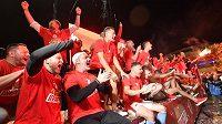 Rozjásaní fotbalisté Slavie slaví s fanoušky obhajobu titulu.