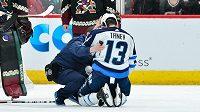 Levé křídlo Winnipegu Jets Brandon Tanev v péči týmových lékařů poté, co ho do hlavy zasáhla střela spoluhráče Tylera Myerse.