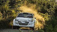 Vůz Hyundai i20 WRC při šotolinovém testu ve Francii.