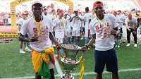 Fotbalisté Slavie Michael Ngadeu a Ibrahim Traoré s trofejí pro vítěze ligy.