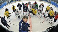 Liberecký trenér Rostislav Čada (v popředí) udílí pokyny svým hráčům na tréninku.