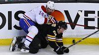 """Tomáš Plekanec z Montrealu si v souboji u mantinelu takhle """"osedlal"""" forvarda Bostonu Brada Marchanda."""