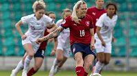 Kateřina Svitková z ČR střílí gól z penalty v úvodním utkání play off kvalifikace o postup na mistrovství Evropy fotbalistek.