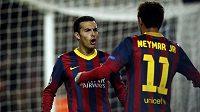 Útočníci Barcelony Pedro Rodriguez (vlevo) a Neymar se radují z gólu v utkání proti Celtiku.