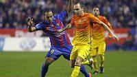 Andrés Iniesta (ve žlutém) proniká v ligovém zápase obranou Levante.