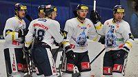 Hokejisté Liberce oslavují jednu ze svých branek proti Plzni.