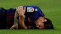 Zraněný Lionel Messi na trávníku.