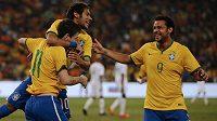 Brazilský fotbalový útočník Neymar (druhý zleva) slaví se spoluhráči Oscarem a Fredem (vpravo) gól v síti Jihoafrické republiky.