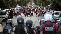 Střet fanoušků River Plate s policií.