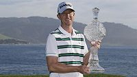 Americký golfista Vaughn Taylor s trofejí pro vítěze turnaje Pebble Beach Pro-Am.