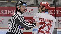 Rozhodčí odvádí Jiřího Polanského z Třince na trestnou lavici za faul na Marise Bičevskise z Hradce Králové. Polanský dostal trest 2+10 minut.