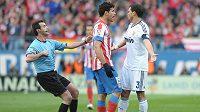 Diego Costa (pruhovaný dres) v roztržce s Pepem z Realu Madrid.