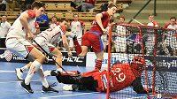 Český florbalista Filip Langer z ČR (třetí zleva) střílí gól.
