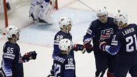 Americký hokejista Patrick Kane slaví se svými spoluhráči gól v síti Francie na mistrovství světa.