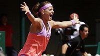 Nadšená česká tenistka Lucie Šafářová poté, co s Bethanií Mattekovou-Sandsovou vyhrála čtyřhru na French Open.