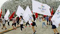 Před stadiónem Ptačí hnízdo prošel pochod na podporu kandidatury Pekingu na zimní olympiádu 2020.