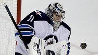 Brankář Winnipegu Ondřej Pavelec se v Anaheimu blýskl 40 skvělými zákroky.