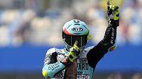 Závodník Ital Dennis Foggia slavící vítězství v závodě Moto3 v Assenu