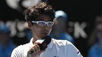Korejec Čong Hjon promlouvá k divákům po postupu do semifinále Australian Open.