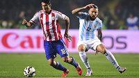 Paraguayský reprezentant Nelson Valdez (vlevo) při zápase mistrovství Jižní Ameriky proti Argentině.