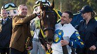 Vítěz 125. Velké pardubické žokej Marek Stromský, jeho kůň Nikas a majitel koně Petr Kupka.