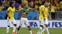Brazilec Neymar (uprostřed) po zápase s Kamerunem ukázal část spodního prádla.