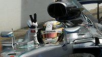 Brit Lewis Hamilton slaví triumf ve Velké ceně Německa.