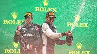 Esteban Ocon z Alpine a Sebastian Vettel z Astonu Martin oslavůjí na pódiu po Velké ceně Maďarska.