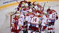 Hokejisté Slavie se radují z vítězství v derby na Spartě.