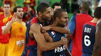 Francouzští basketbalisté oslavují ve vítězném semifinálovém utkání proti Španělsku. Na snímku Nicolas Batum (vlevo) a Tony Parker.