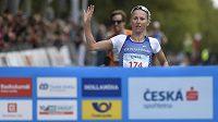 Vendula Frintová si běží pro vítězství na mistrovství České republiky v silničním běhu v pražských Běchovicích.