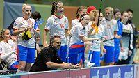 Kouč Sascha Rhyner povzbuzuje české hráčky v závěru semifinále se Švýcarskem.