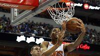 Basketbalista Phoenixu Suns Elie Okobo (2) zakončuje útočnou akci týmu Suns. V sezoně se Phoenixu nedařilo a odnesl to vyhazovem evropský kouč Igor Kokoškov.