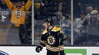 Levé křídlo Bostonu Bruins Brad Marchand slaví gól do sítě Ottawy Senators.