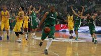 Basketbalisté Panathinaikosu Atény se radují z vítězství nad Maccabi Tel Aviv.